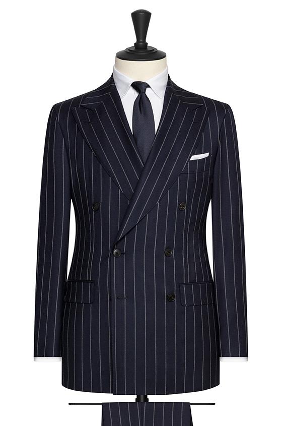 Темно-синий костюм в серую широкую полоску