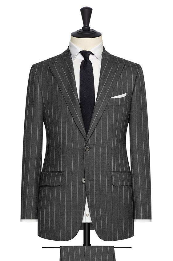 Серый костюм в широкую светлую полоску