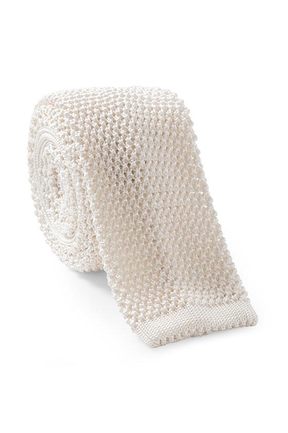Белый галстук вязаной фактуры