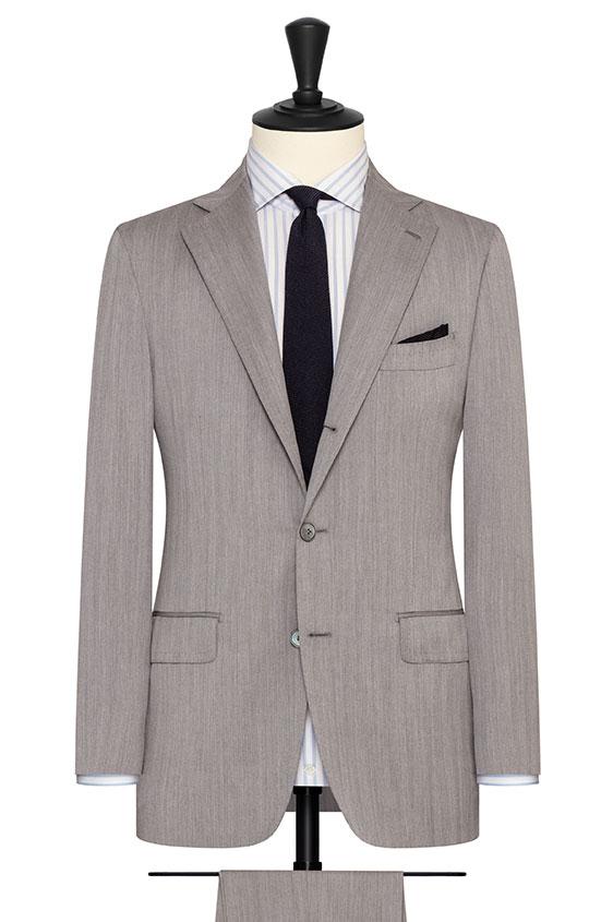 Светло-серый костюм в елочку