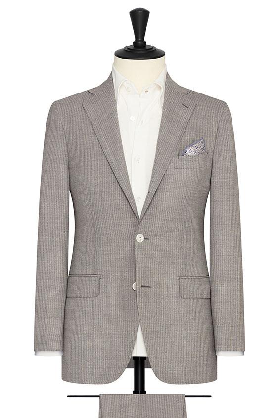 Светло-серый костюм в тонкую полоску