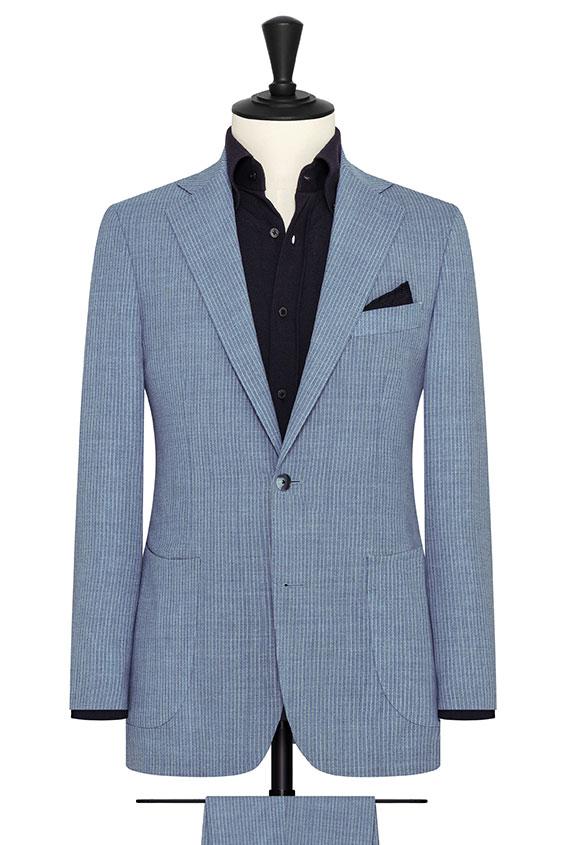 Синий костюм в тонкую полоску