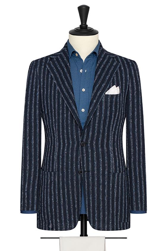Темно-синий пиджак в светло-голубую и бежевую полоску