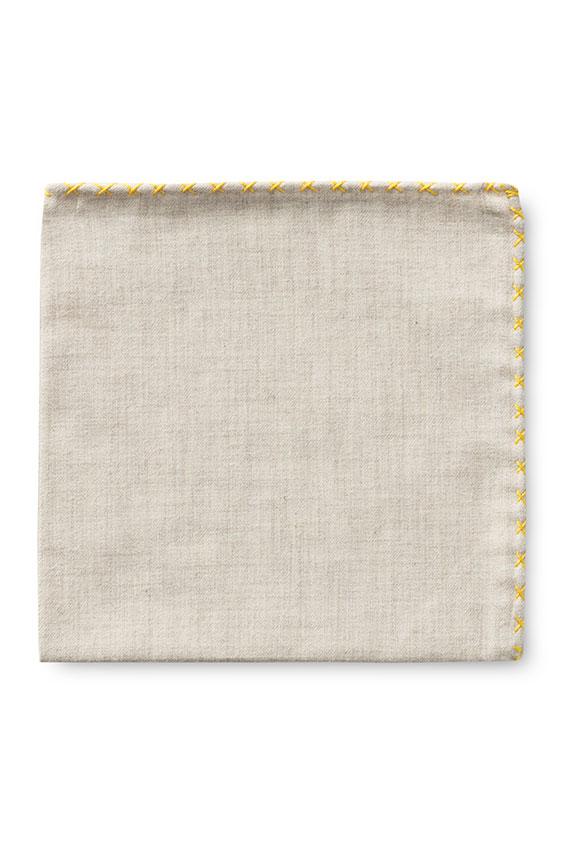 Бежевый нагрудный платок с жёлтый окантовкой