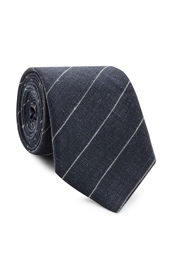 Темно-синий галстук в тонкую полоску