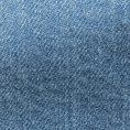Джинсы голубого цвета из стираного денима