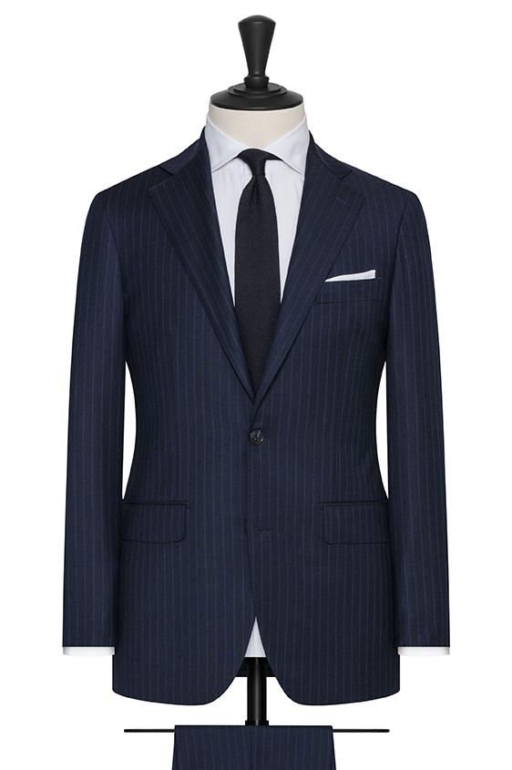 Темно-синий костюм в тонкую полоску