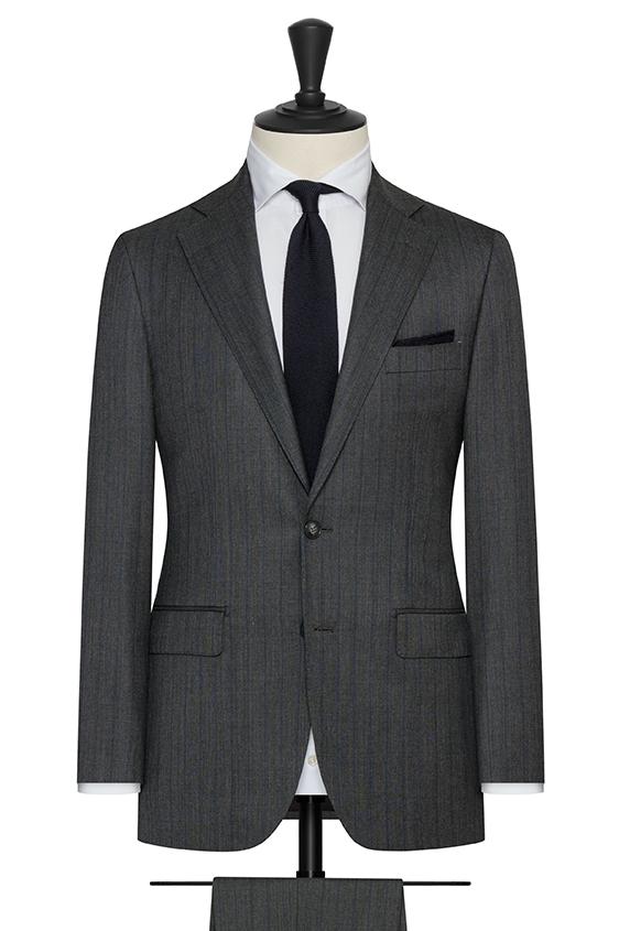 Темно-серый костюм в полоску